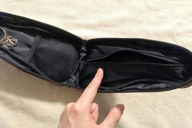 中にはメッシュポケットとキーフック、さらに反対側はファスナーでお財布のようになっています