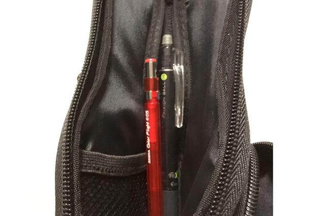 内側にはこんな感じでペンを入れられて、メッシュポケットも付いているので消しゴムとかも収納しやすいです