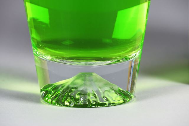 メロンソーダを注ぐと、鮮やかな緑色、翡翠色のように山肌が変化。緑茶なら、もう少し淡い色になりそうです