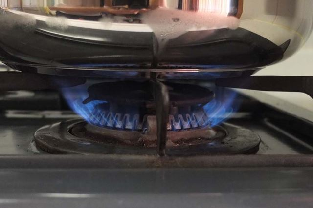 コンロの火を点け、強めの中火で加熱します
