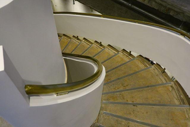 地下4階へのらせん階段は、銀座ソニービル時代のものをそのまま使用している
