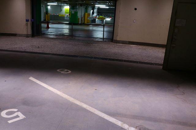 西銀座駐車場と直結。もともと駐車場だった階なので、駐車場の番号がそのまま残っている