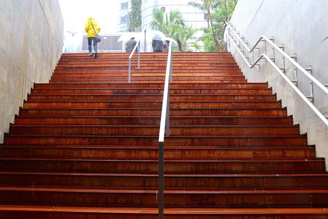 地下1階へ降りる階段