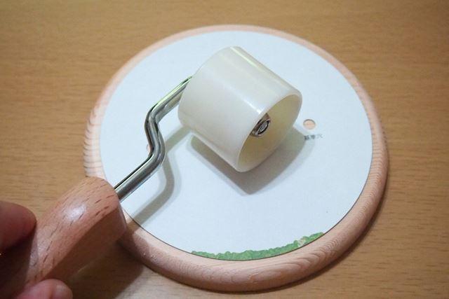 最初の1枚なので、圧着ローラーで念入りに密着させます