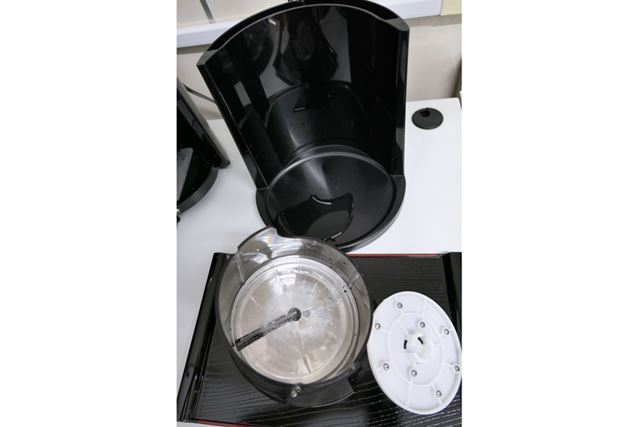 使用後は、氷ケース、氷をおさえるスパイク、本体の下部分を外してキレイに洗えますよ