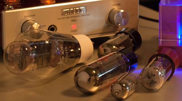 真空管にはさまざまな種類がある。製造年代によって音質も違うので、ビンテージ品を探す楽しみもある