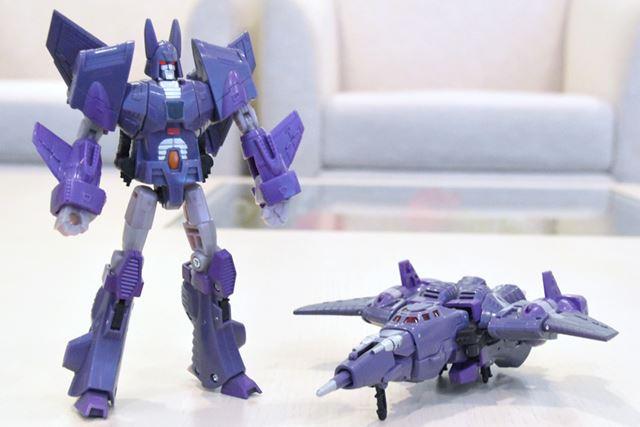 長い機首が特徴の戦闘機(右)から、抜群のプロポーションのロボット(左)に変形!