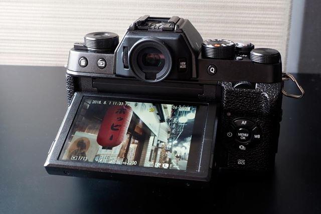 通常撮影時は上下にチルトするので、素早く使えるが、液晶画面が左側にやや開きそうになることもある