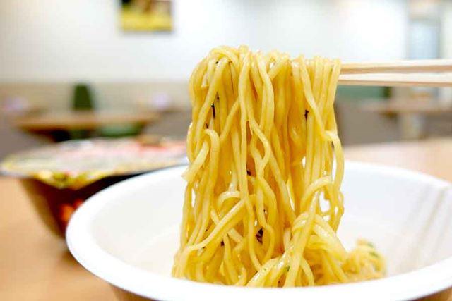 麺は太麺タイプでモチモチ。ノンフライで、生麺にかなり近い