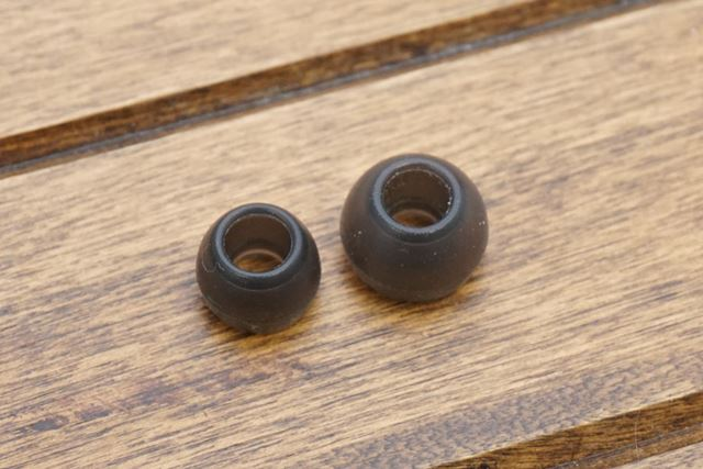イヤーピースは標準でMとSの2サイズが付属。軸の部分を含めて弾力はやや弱め