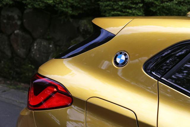 BMW X2のCピラーにBMWのエンブレムが取り付けられていることで、クーペであることを表している