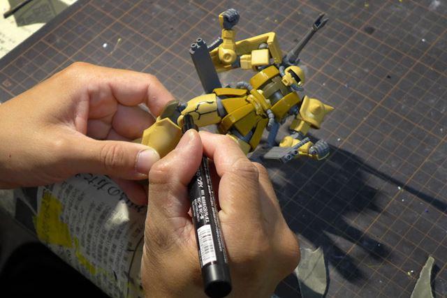 キットのモールドに「流し込みペン」(写真は間違えてほかのペンを使用しているが……)で影を入れてゆく