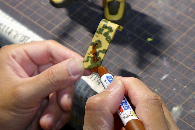 """ガンダムマーカーは迷彩塗装にも利用できる。ペン先を軽くたたくように塗ってゆくと""""らしく""""仕上がる"""