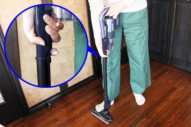 ヘッドを足で踏んで、パイプにあるレバーを引きながら上げると……