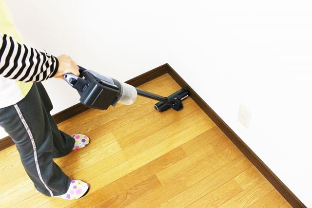 壁際で手首を軽くひねるとヘッドの向きが変わります。体を大きく動かさずに、壁際を広く掃除できるのも◎