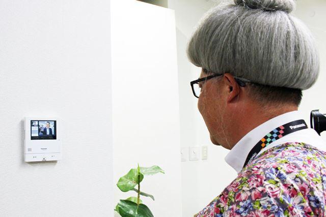 通話先の実家のモニター親機には、ビデオ通話してきた人の顔が映し出されます