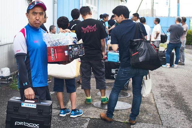 レース当日の朝は、お店のオープン前から、たくさんのRC愛好家の皆さんの姿が