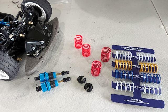 TRFスペシャルダンパー標準装備のスプリングはミディアム(黄)とのことで、ソフト(赤)に交換