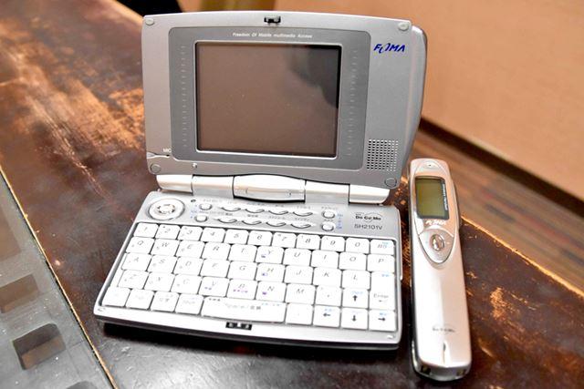 「ある意味、世界初のスマートフォンとも言うべき端末」と入鹿山氏が語った「FOMA SH2101V」