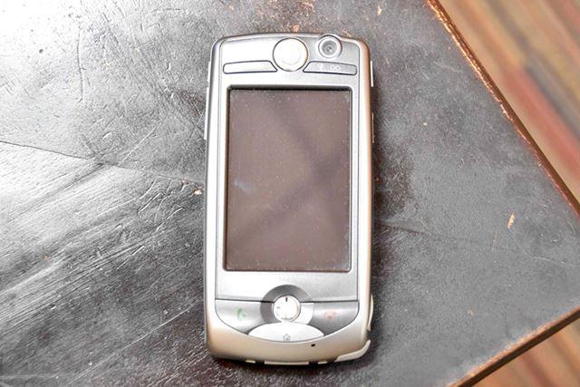 現代のスマートフォンとほぼ同じ形状をしている「FOMA M1000」。フルブラウザを搭載していた