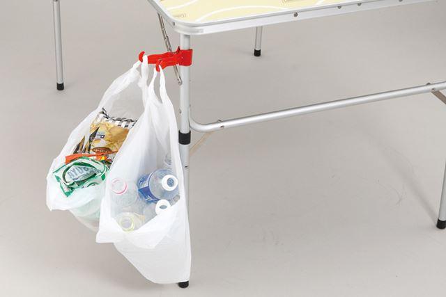 テーブルの脚に取り付けたシーン。2つのフックがついているので、ゴミの分別にも便利です