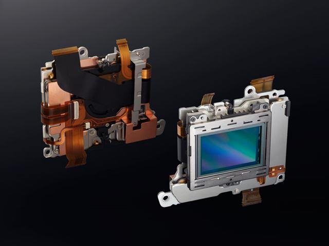 ニコンのレンズ交換式カメラとしてはじめてボディ内手ブレ補正を搭載