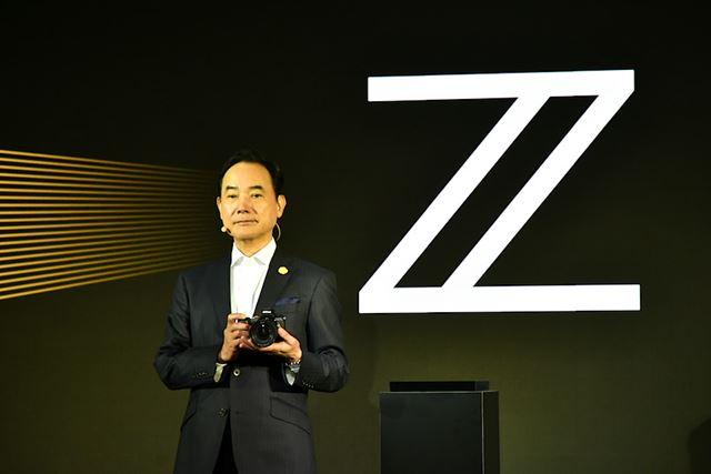 Zシリーズのアンベール時にカメラを持つ牛田氏