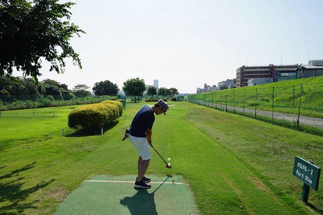 ティーグラウンドではティーのような小さな台にボールを乗せて打ちます。このへんはゴルフと同じですね