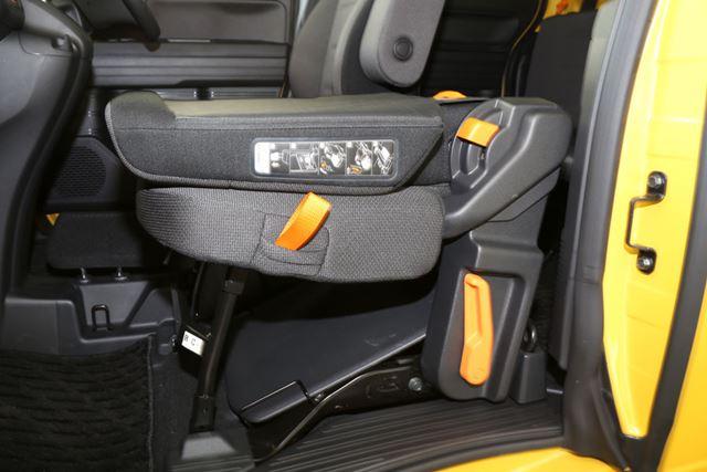 ホンダ「N-VAN」では車内の操作レバーがオレンジ色に着色されているので、視覚的にわかりやすい