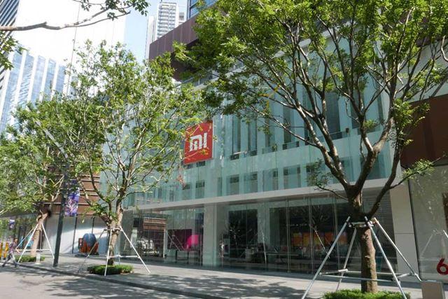 シャオミ旗艦店の外観。ガラス張りの今風なたたずまいに、オレンジの「Mi」ロゴが目印