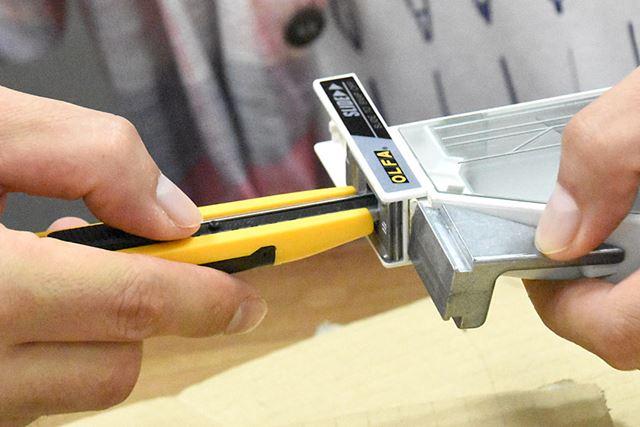レバー操作で、厚いL刃もあっけないほどに簡単に折れる
