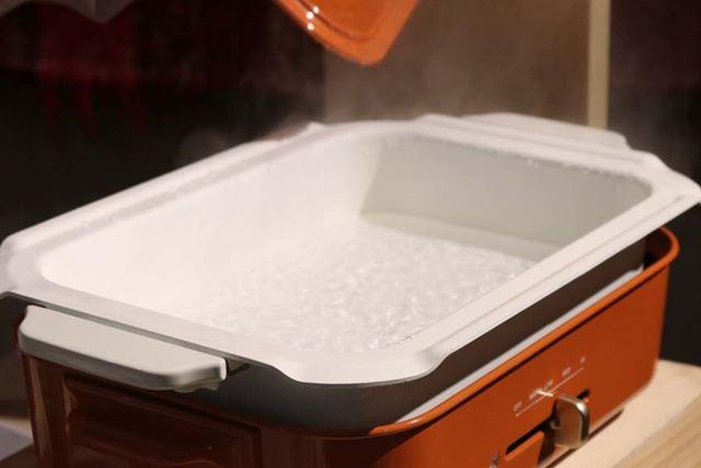 スチーマーの使用には、セラミックコート鍋(別売り)が必要。まず、セラミックコート鍋にお湯を沸かします