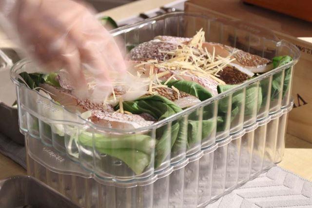 片方には鯛とチンゲン菜、ねぎを敷き詰め、塩こしょうで味付け。好みでショウガを散らします
