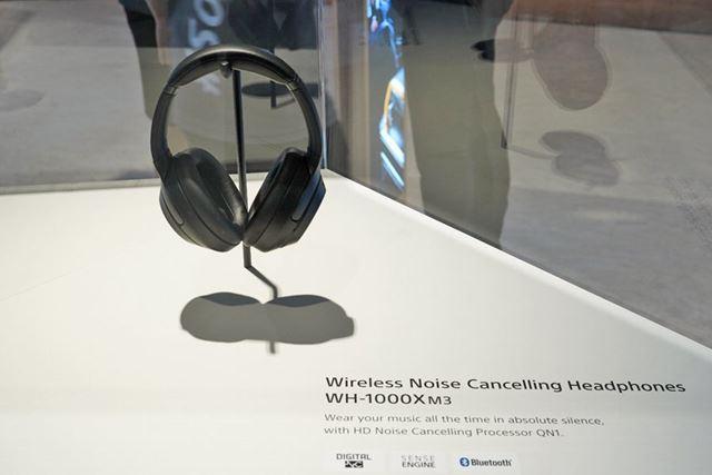 IFA 2018のソニーブースで展示された「WH-1000XM3」(ブラック)