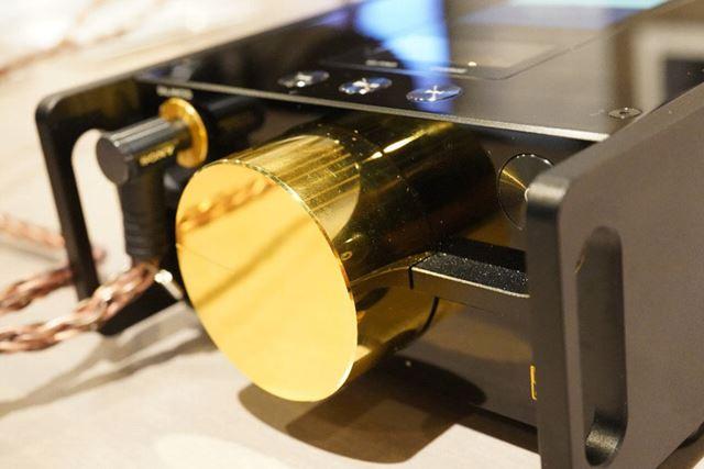 通常はHi-Fiオーディオ用の4連ボリュームに金メッキを施したカスタム仕様