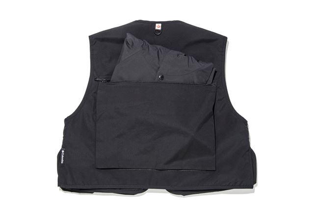付属のポンチョは背面のポケットに収納しておける
