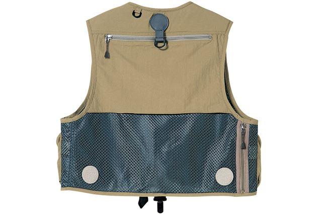 背面には、雨具を収納できる大きなジップポケットを備えている