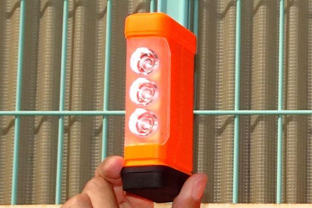 手のひらサイズでコンパクト。単4形乾電池4本とは思えないほど、かなりパワフルに光ります