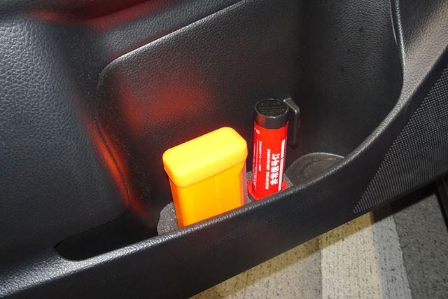 ドアポケットに収めやすい固定用スポンジも付属。発煙筒などと合わせて車内に常備しましょう