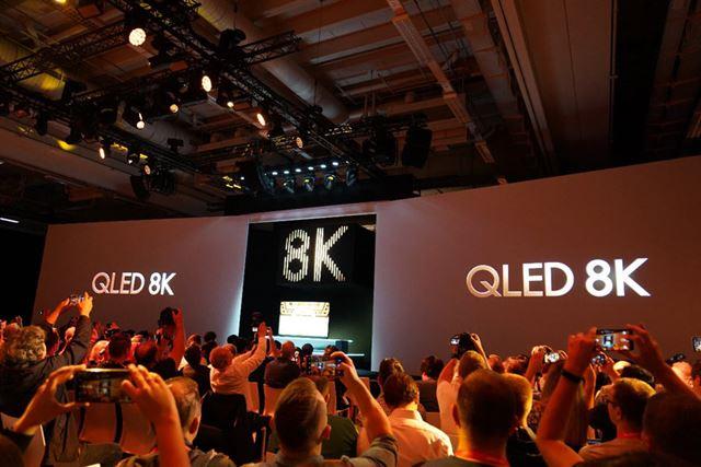プレスカンファレンスで熱狂的に迎えられたサムスンの「QLED 8K」