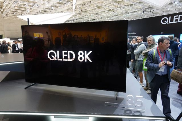 サムスンブースで披露された85型の8K液晶テレビ