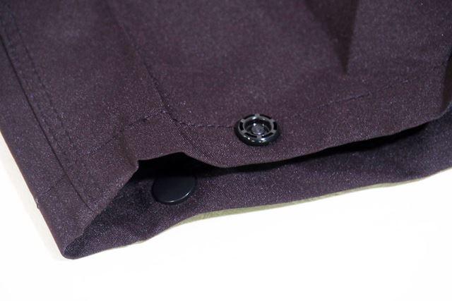 パンツの裾はボタンで閉める仕様となっている