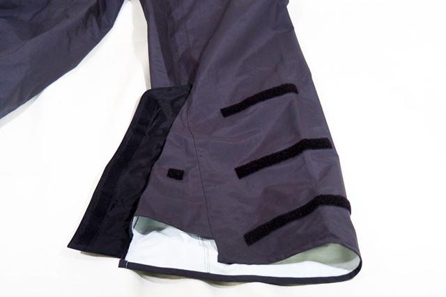 パンツの裾はベルクロで留める仕様なので、外せば広くなる