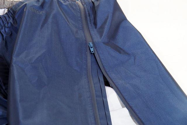 パンツのファスナーは最上部まで開く。ゴツめのシューズを履いていても、履いたままパンツを脱ぎ履きできる