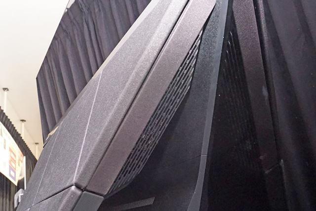 横向きに配置されたサブウーハーのおかげで音の回り込みが改善。より立体感のあるサウンドに仕上がっている