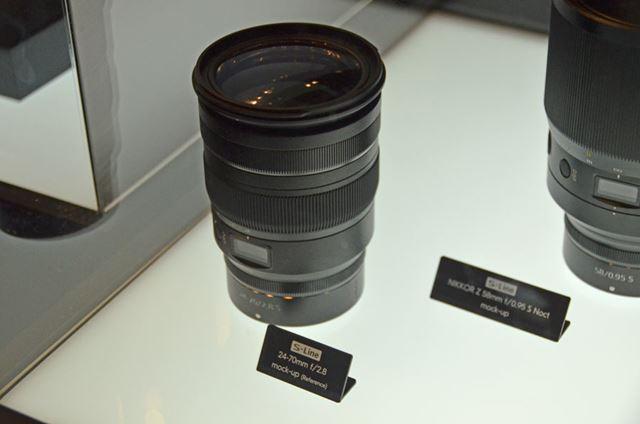 大三元レンズ「24-70mm f/2.8」。Noctに比べるとだいぶコンパクトな印象です