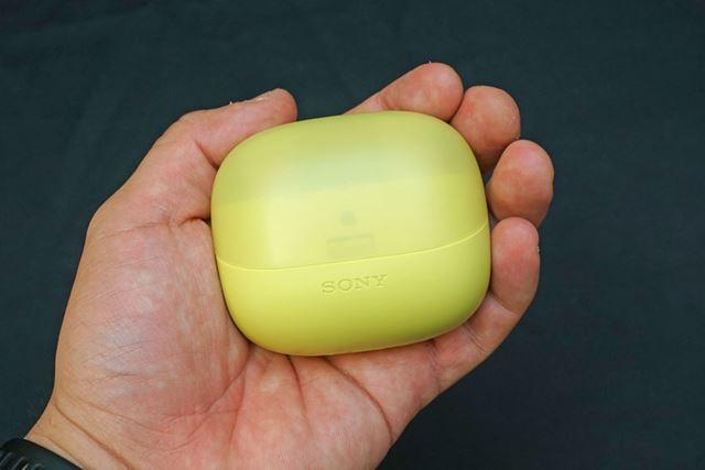 バッテリー内蔵の専用ケース。最大3回本体をフル充電可能だ