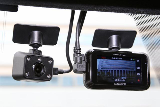 DRV-MP740では、フロントガラスにフロントカメラ(右)のほか、車内用カメラ(左)を取り付ける必要がある