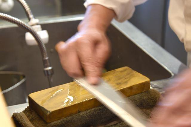 包丁を裏返し、円を描くように研いで刃の裏にできた「バリ」をとっていく