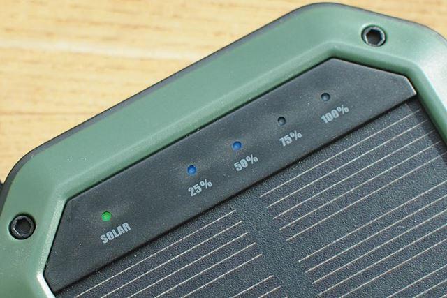 バッテリーの残量と、ソーラーパネルによる充電の有無(写真は充電中)を示すLEDを備えています